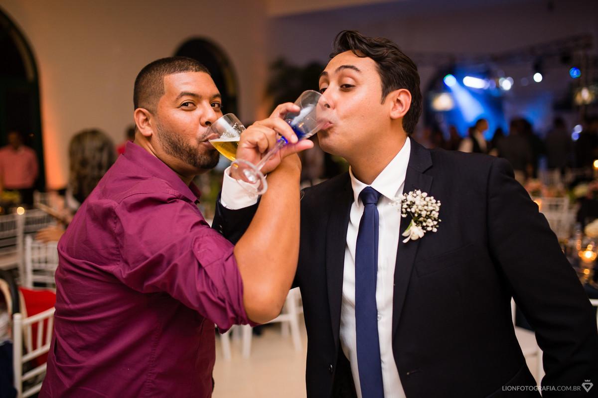 Noivo tomando um drink!