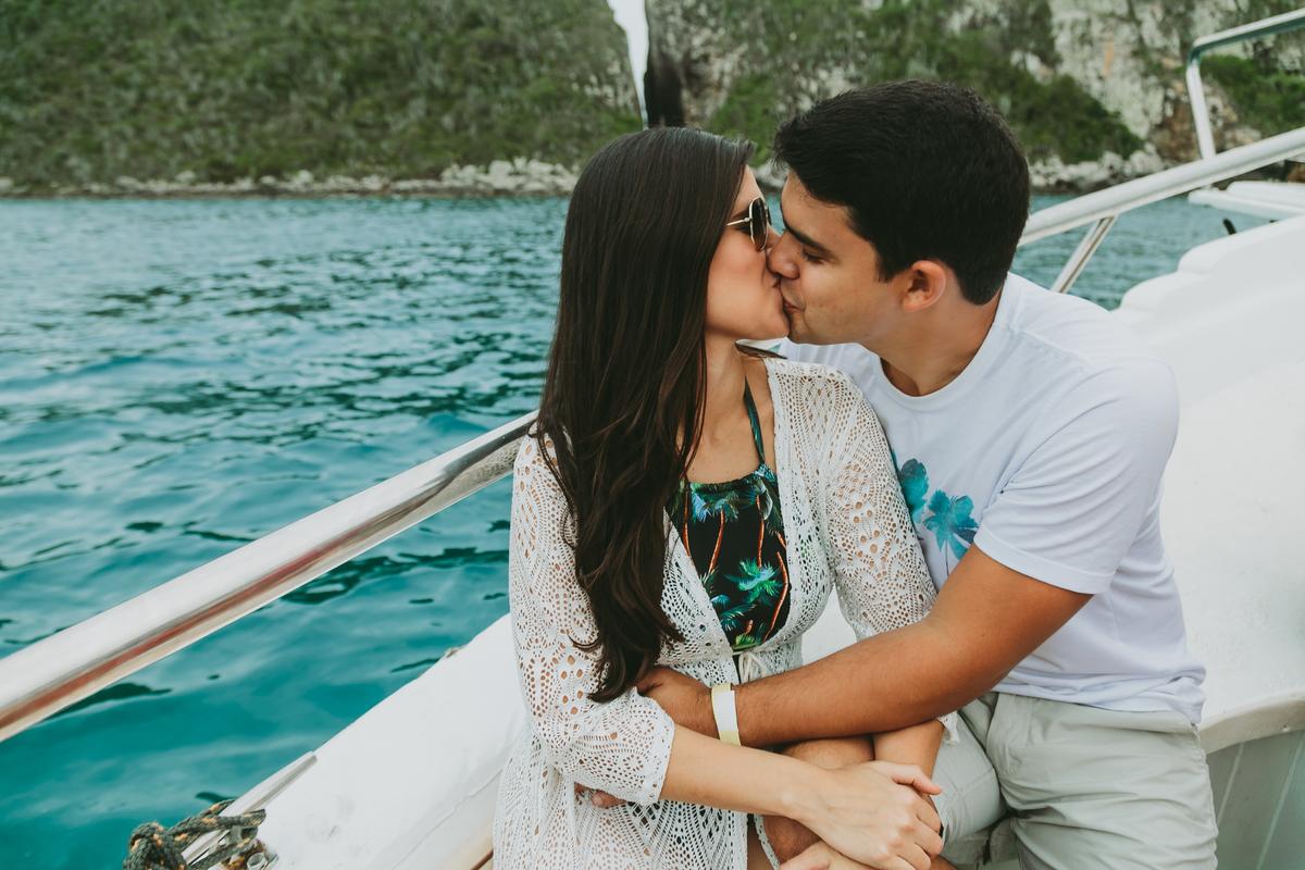 Session Ensaio de casal Fuad Isadora Amor Romance Casal Noiva Noivado Casamento Praia Arraial Barco Beleza Branco Azul Fotografia Eduardo Pedido de noivado