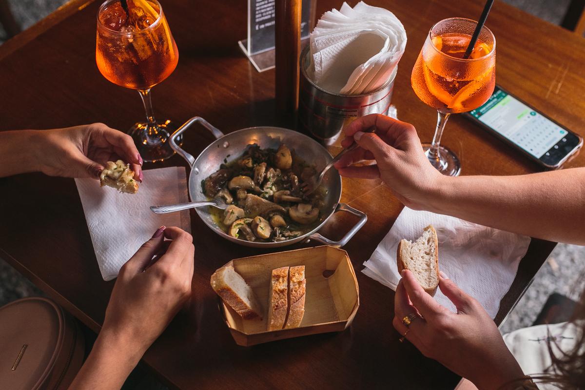 Petit Petit Pão Bread Mãos Hands Aperol Cogumelos Macaé Fotografia Profissional Food Eduardo Zavarize Gastronomia
