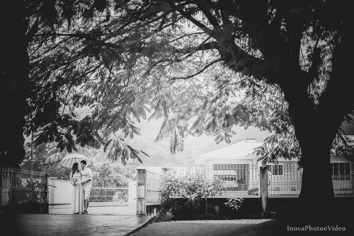 pre-wedding-Anderson-e-Vanessa-Fotografia-Ensaio-Casamentos-picture-chuva-inova-photo-e-video-florianopolis-noivos-namorados-chuva-White- olhar-frente-gotas-flash-abraço-inova-photo-vídeo-black-and-white-preto-e-branco
