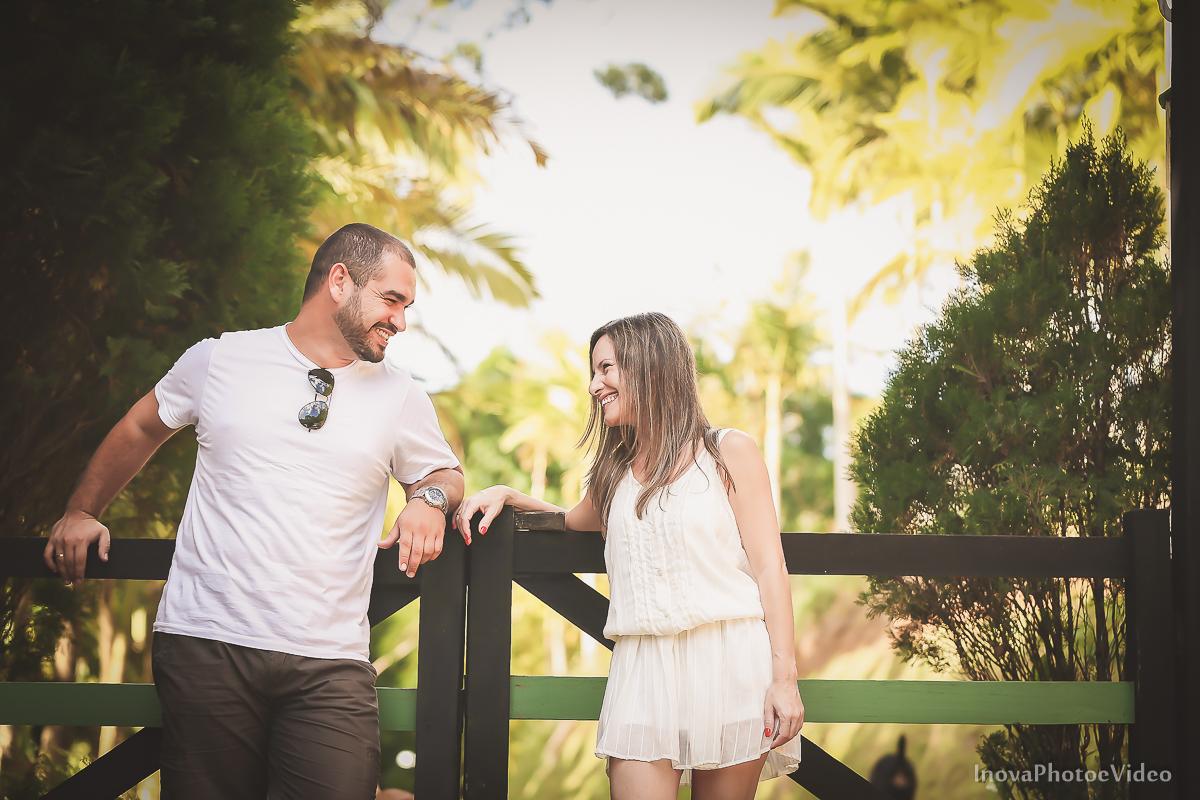 ensaio-pre-casamento-wedding-sitio-recanto-do-vale-Biguaçu-sc-Fabricia-Renato-sorriso-olhares-portao-madeira