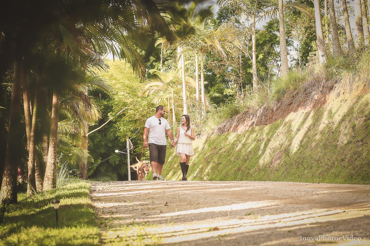 ensaio-pre-casamento-wedding-sitio-recanto-do-vale-Biguaçu-sc-Fabricia-Renato-olhares-caminhada-maos-dadas-noivos-inova