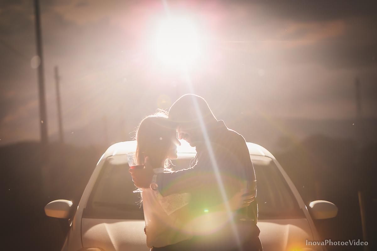 ensaio-pre-casamento-wedding-sitio-recanto-do-vale-Biguaçu-sc-Fabricia-Renato-lens-flare-flash-carro-vinho-casal-noivos-inova