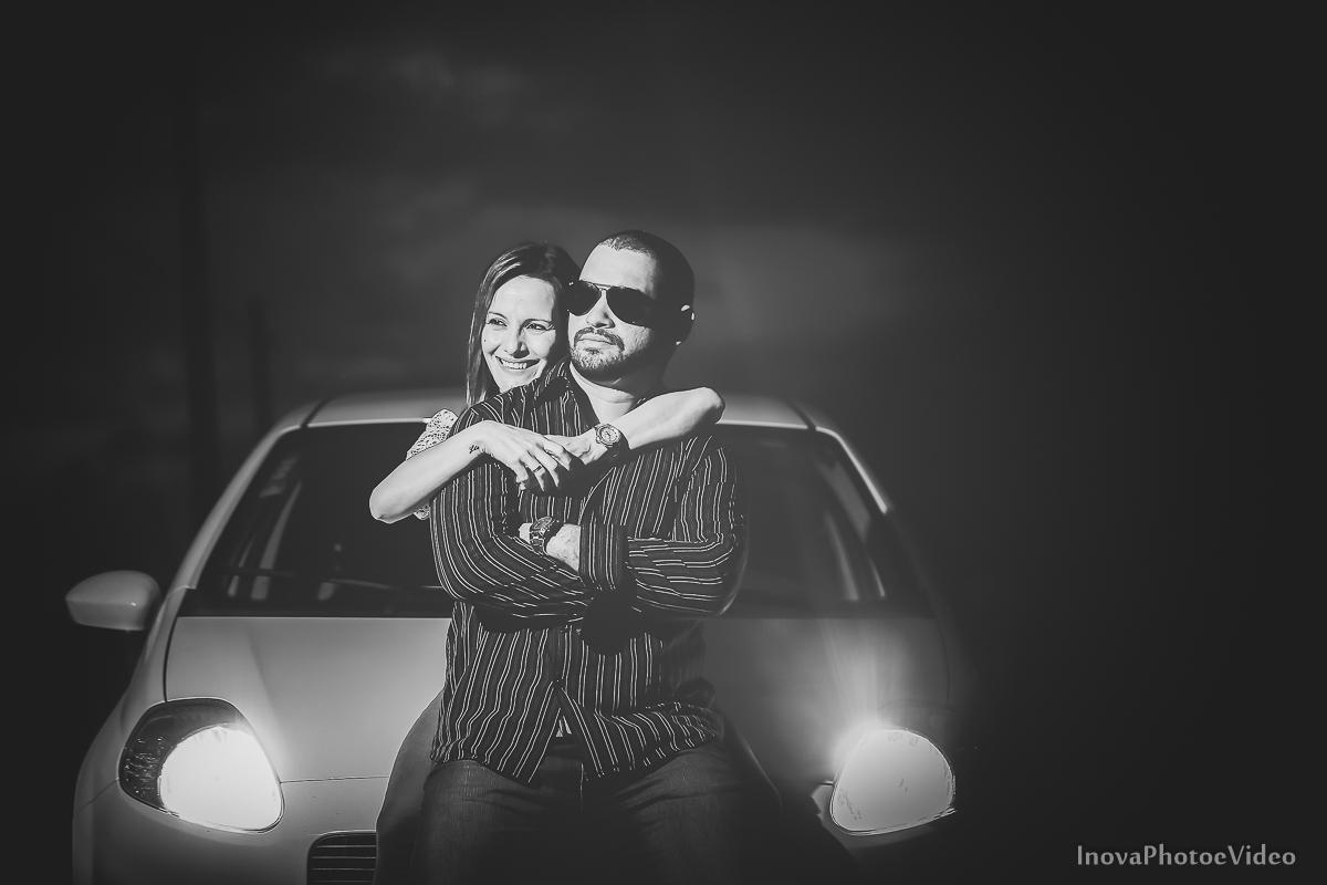 ensaio-pre-casamento-wedding-sitio-recanto-do-vale-Biguaçu-sc-Fabricia-Renato-lens-flare-flash-carro-vinho-casal-noivos-inova-abraço