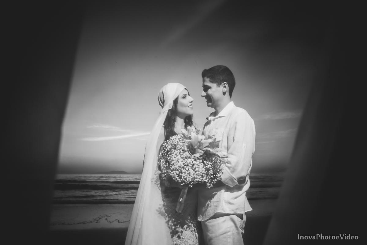 pre-wedding-Amanda-Gabriel-Governador-Celso-Ramos-Fotografia-Ensaio-Casamentos-picture-nascer-do-sol-inova-photo-e-video-florianopolis-noivos-namorados-sol-praia-beach-whitepreto-branco-casal-pre-wedding