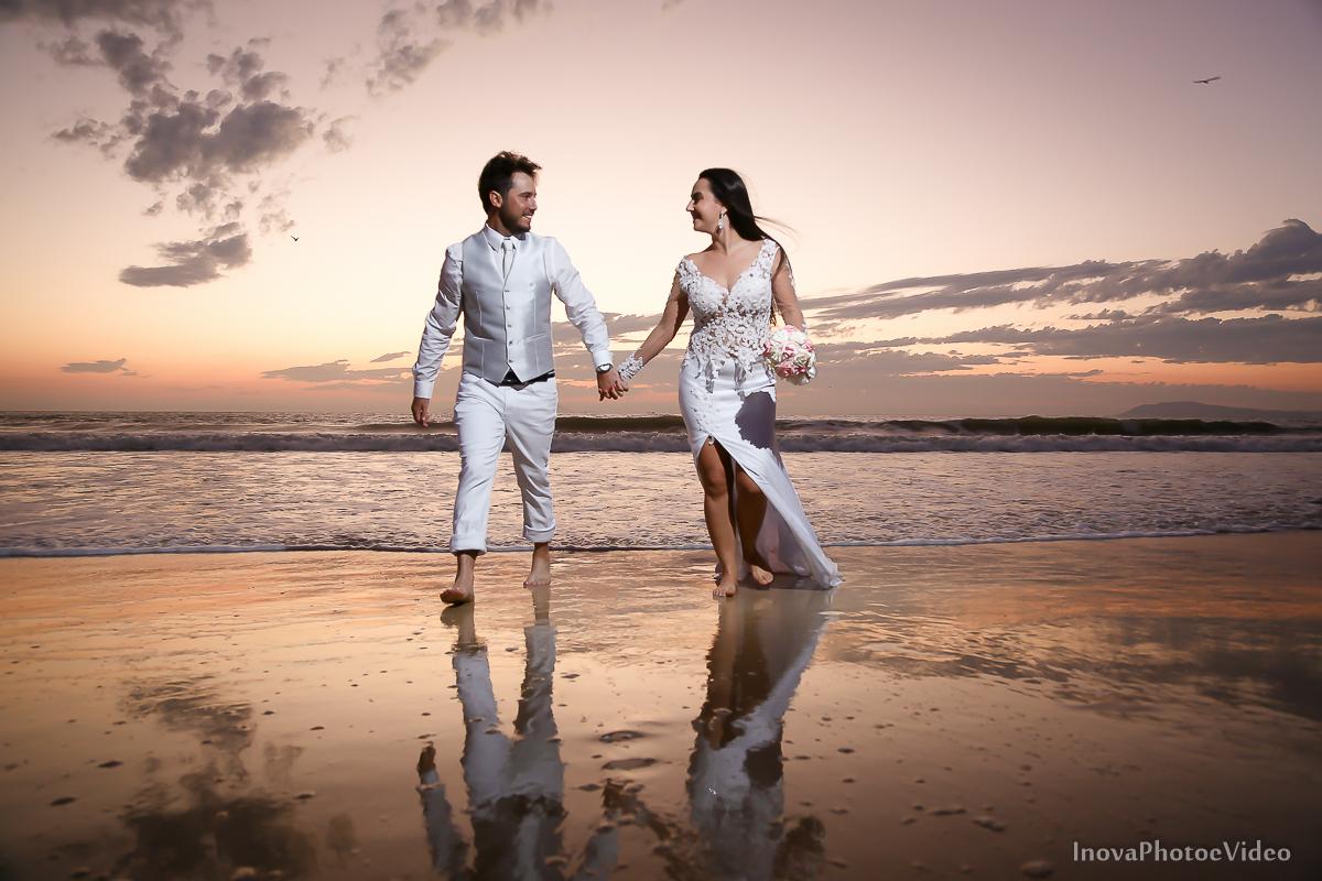 trash-the-dress-rubnei-leonara-governador-celso-ramos-amanhecer-nascer-do-sol-praia-inova-photo-fotografia-casamento-wedding-noivos-casal-vestido-de-noiva-bride-noivo-buque-reflexo-amor-paixao