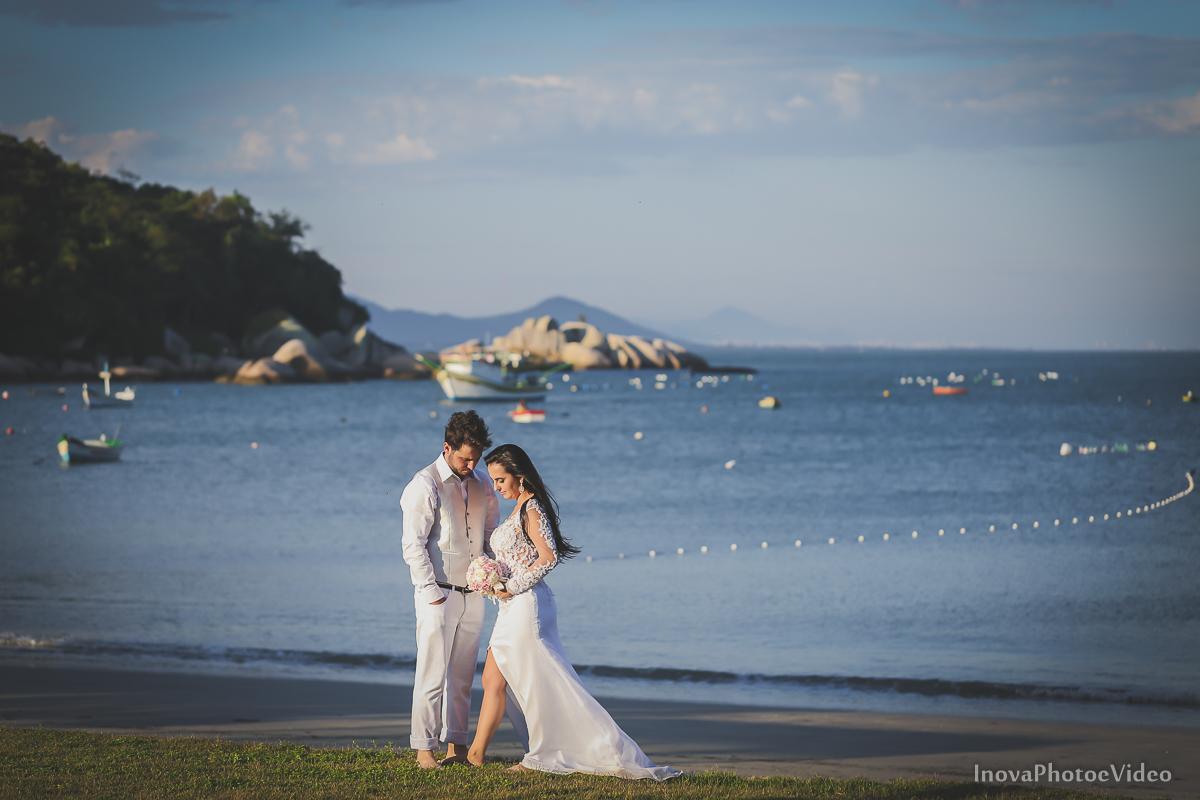trash-the-dress-rubnei-leonara-governador-celso-ramos-amanhecer-nascer-do-sol-praia-inova-photo-fotografia-casamento-wedding-noivos-casal-vestido-de-noiva-bride-noivo-buque-vestido-de-noiva