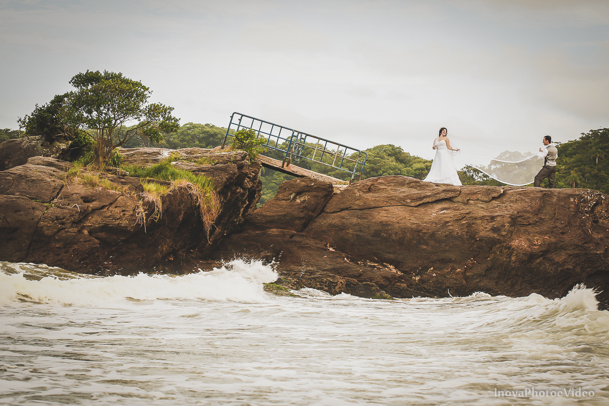 trash-the-dress-Luciano-Bianca-Itahai-SC-Praia-Cabeçudas-fotografia-wedding-vestido-noiva-bride-noivos-casal-inova-photo-video-veu-costao