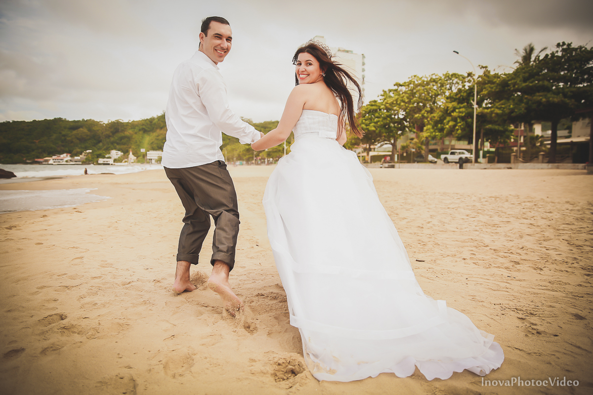 trash-the-dress-Luciano-Bianca-Itahai-SC-Praia-Cabeçudas-fotografia-wedding-vestido-noiva-bride-noivos-casal-inova-photo-video-olhares