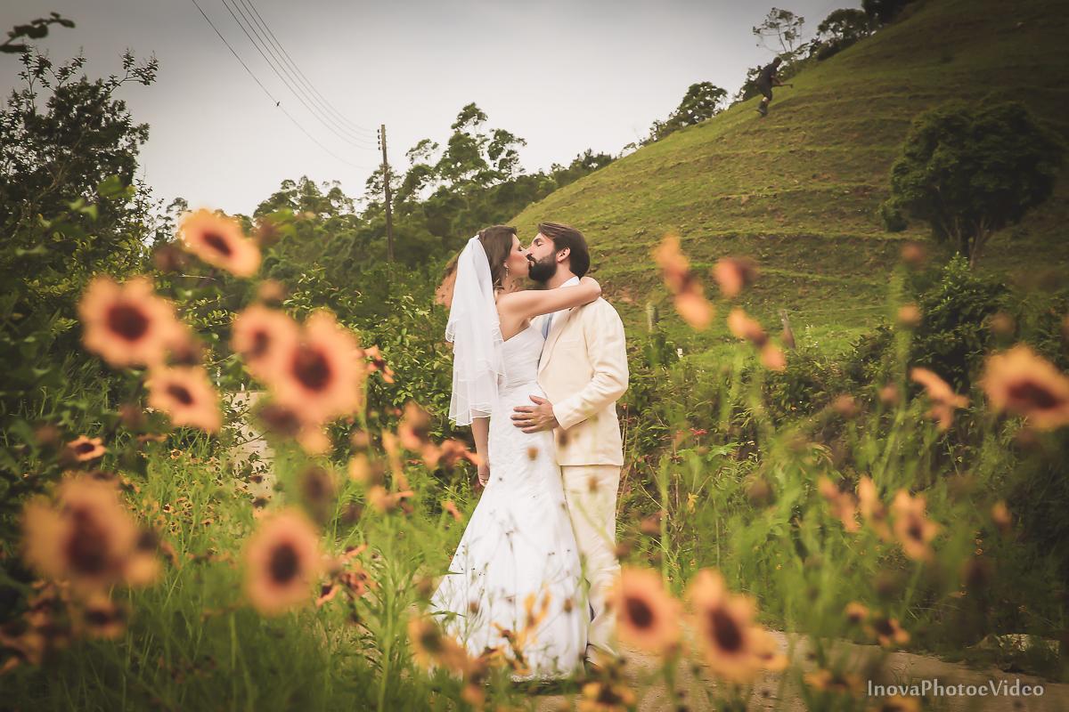 trash-the-dress-sitio-Antônio-Carlos-SC-vestido-noiva-noivos-casal-wedding-photo-fotografia-Phillip-Daniela-flores-amarelo