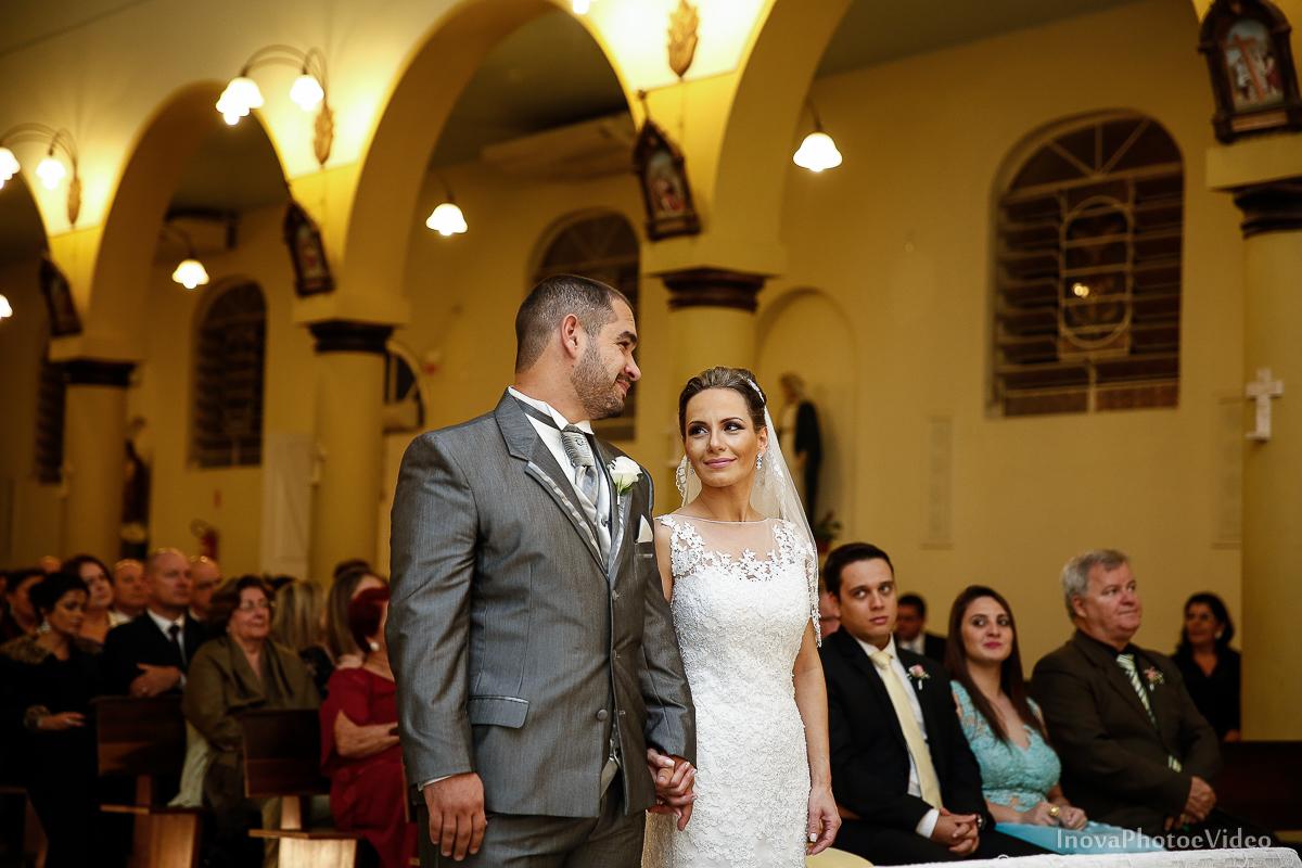 wedding-Renato-Fabricia-casamento-matriz-Biguaçu-SC-inova-photo-video-cerimonia-olhares-noivos-casal-igreja-altar-