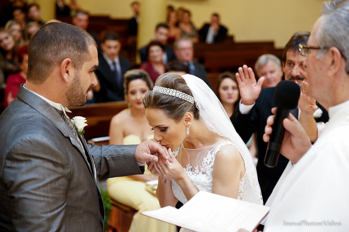 wedding-Renato-Fabricia-casamento-matriz-Biguaçu-SC-inova-photo-video-cerimonia-beijo-aliança-votos