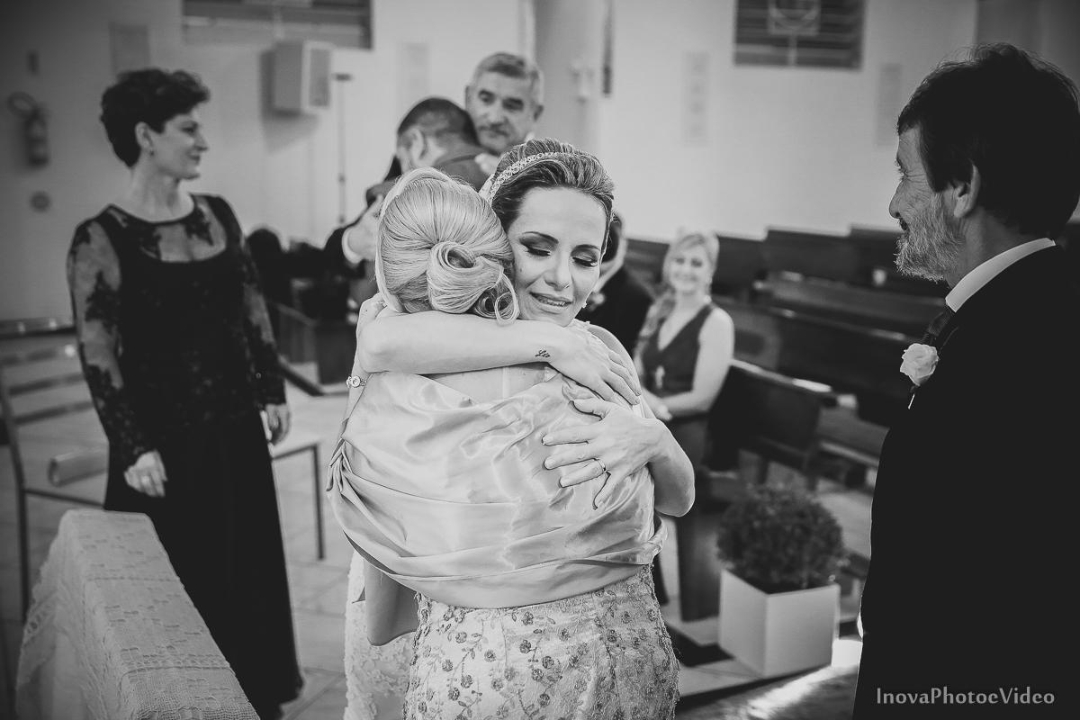wedding-Renato-Fabricia-casamento-matriz-Biguaçu-SC-inova-photo-video-cerimonia-abraco-emocao