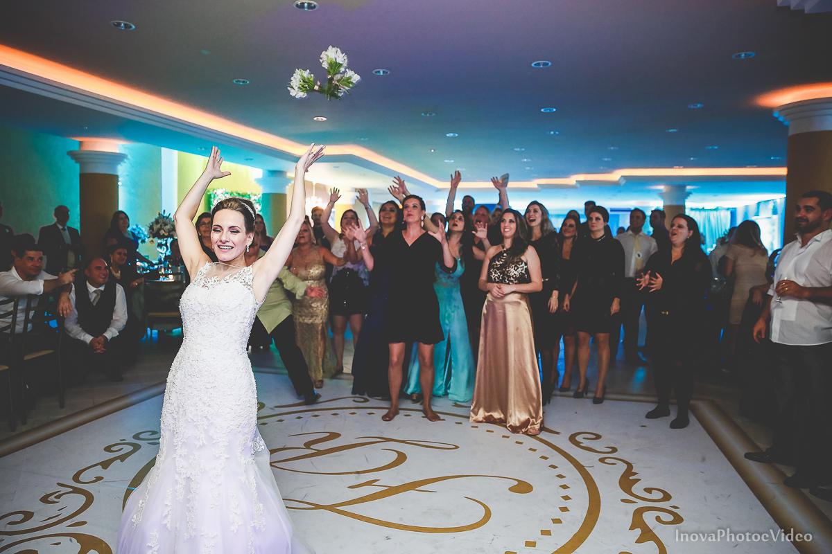 wedding-Renato-Fabricia-casamento-matriz-Biguaçu-SC-inova-photo-video-recepcao-joga-buque