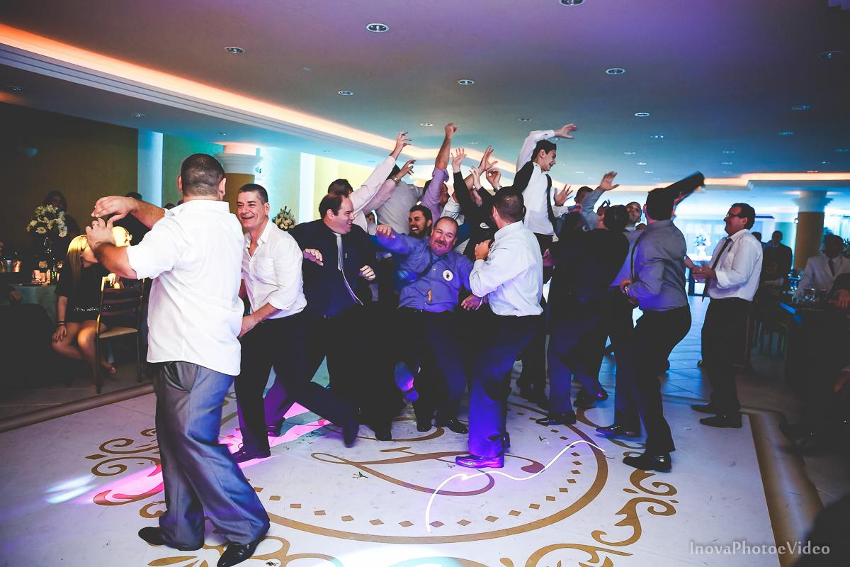 wedding-Renato-Fabricia-casamento-matriz-Biguaçu-SC-inova-photo-video-recepcao--joga-garrafa-whisky