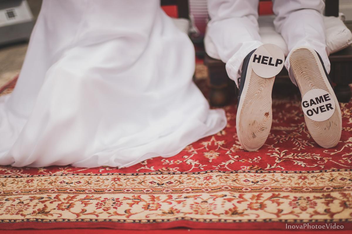 wedding-casamento-Rubnei-Leonara-Sitio-das-Figueiras-Biguaçu-SC-noivos-casados-campo-casa-inova-photo-video-cerimonia-detalhe-sapatos-game-over-funny