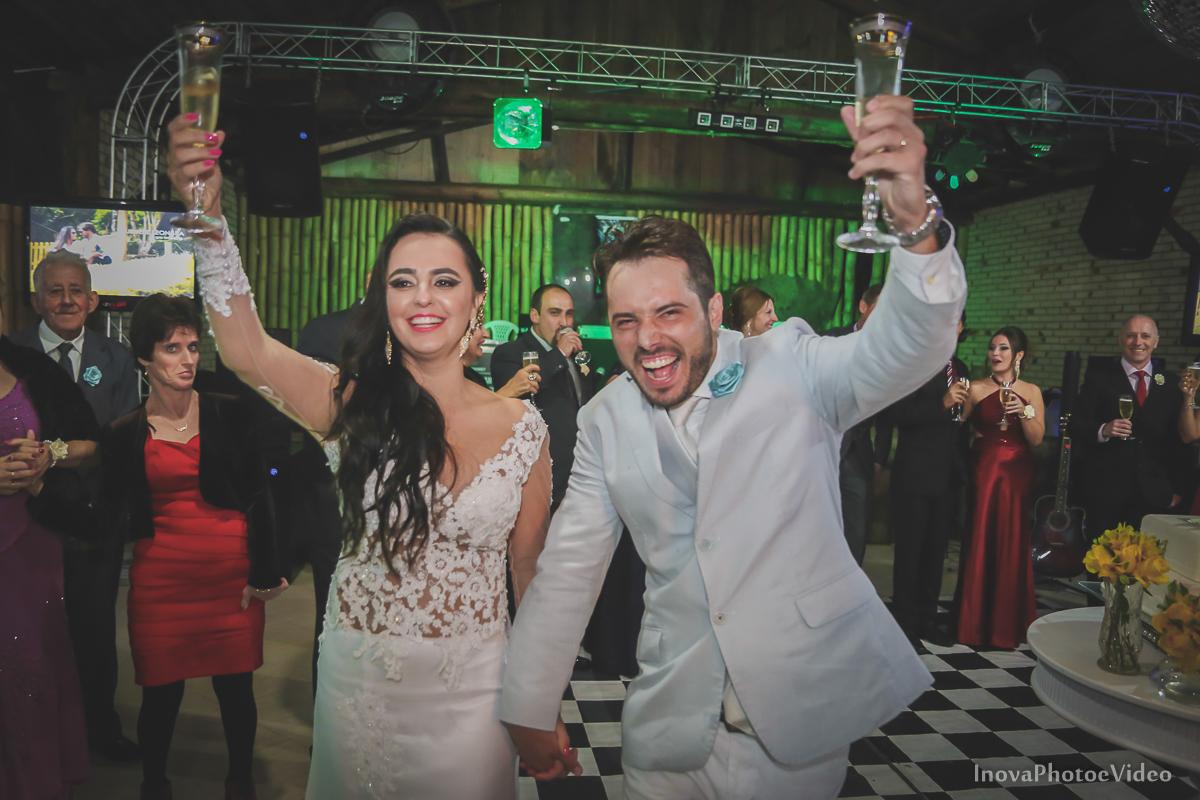 wedding-casamento-Rubnei-Leonara-Sitio-das-Figueiras-Biguaçu-SC-noivos-casados-campo-casa-inova-photo-video-recepcao-brinde-noivos