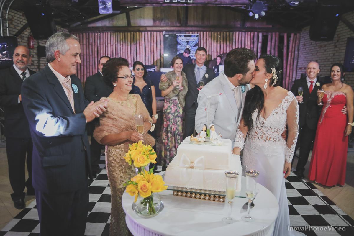 wedding-casamento-Rubnei-Leonara-Sitio-das-Figueiras-Biguaçu-SC-noivos-casados-campo-casa-inova-photo-video-recepcao-corte-bolo