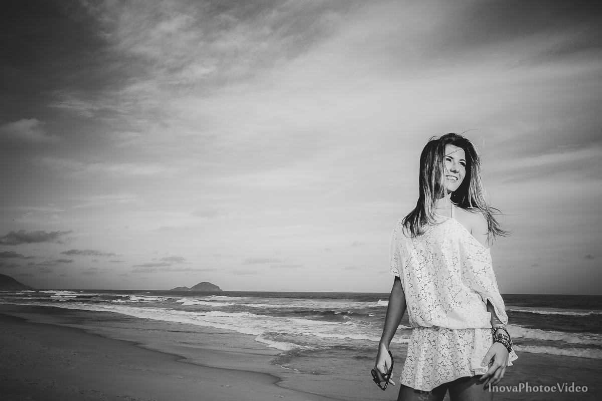 Ensaio-Teen-Fotografico-Praia-moçambique-Floripa-Larissa-Mendes-Inova-Photo-video-pre-15-anos-preto-branco