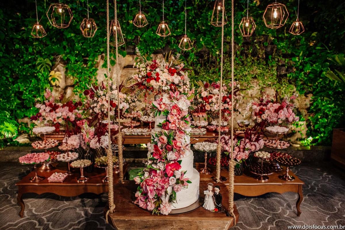 Imagem capa - Bolo suspenso (Hanging cake): decorando seu casamento com criatividade por Dois Focus