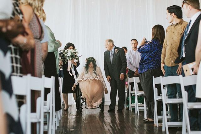Imagem capa - Noiva cadeirante surpreende a todos ao se levantar e caminhar até o altar por Fabio Henrique Leite
