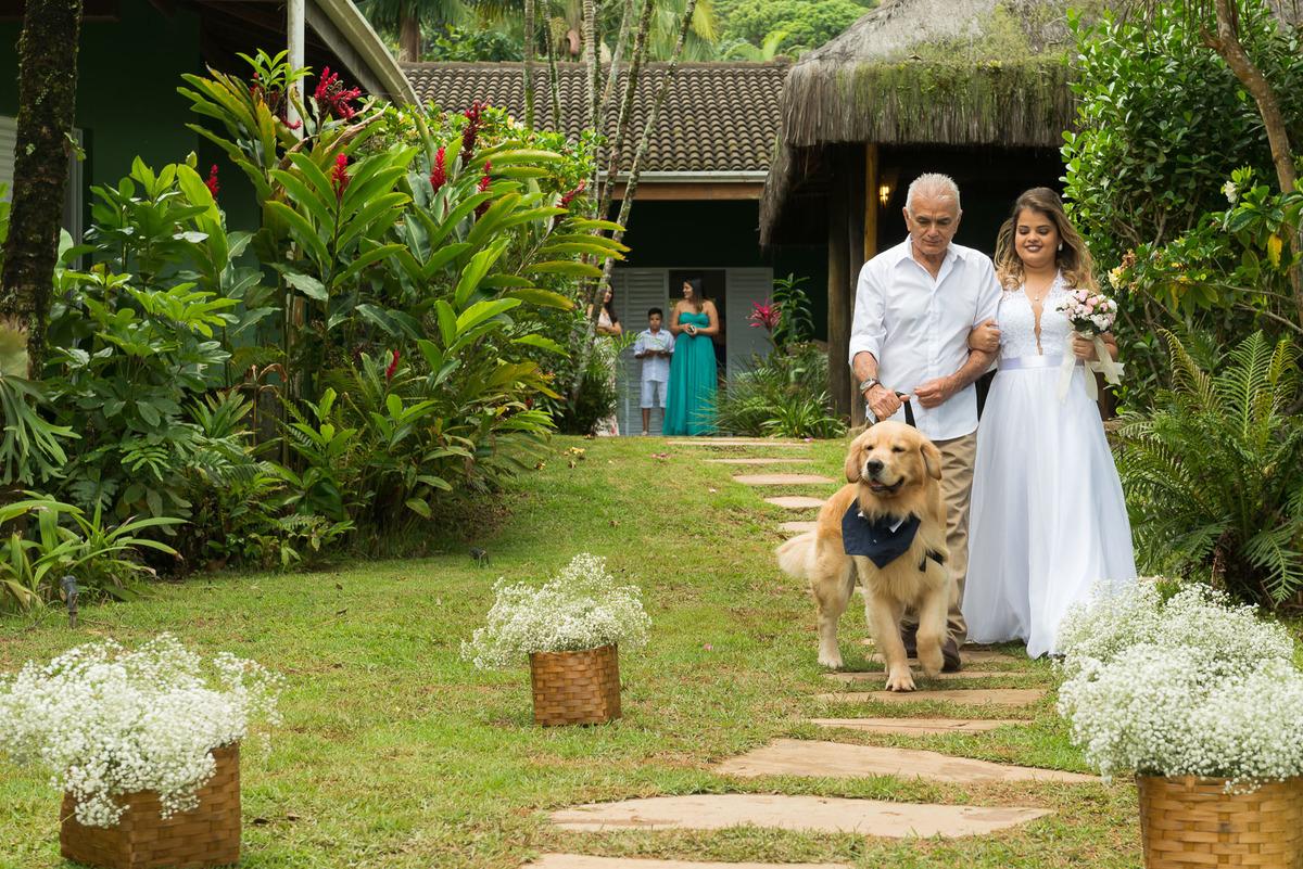 noiva com o seu pai e cachorro entrando na cerimonia na praia de Juquehy litoral norte - fotografado por Max Nogueira