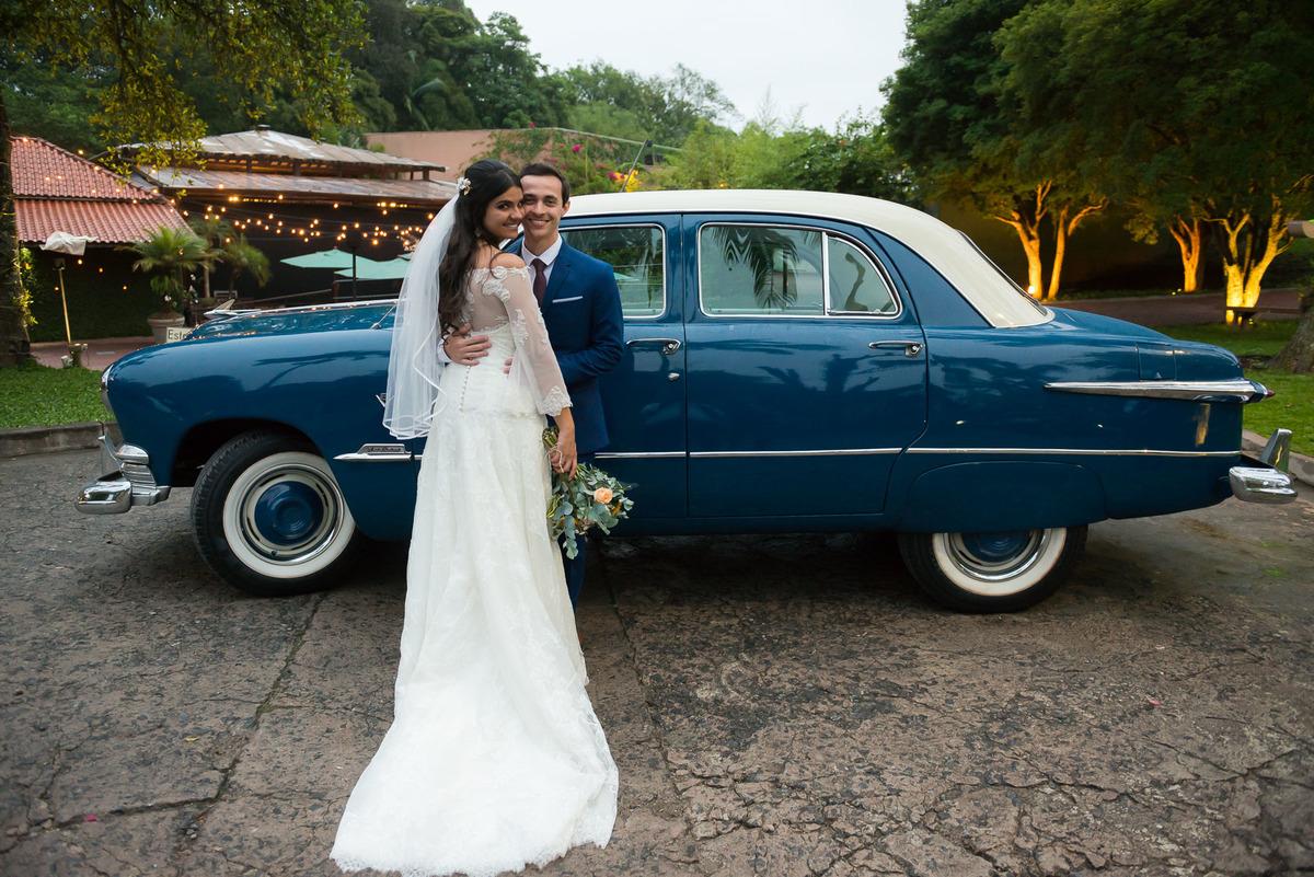 casal abraçados com carro azul no fundo no Sitio São Jorge em São Bernardo do Campo  - fotografado por Max Nogueira