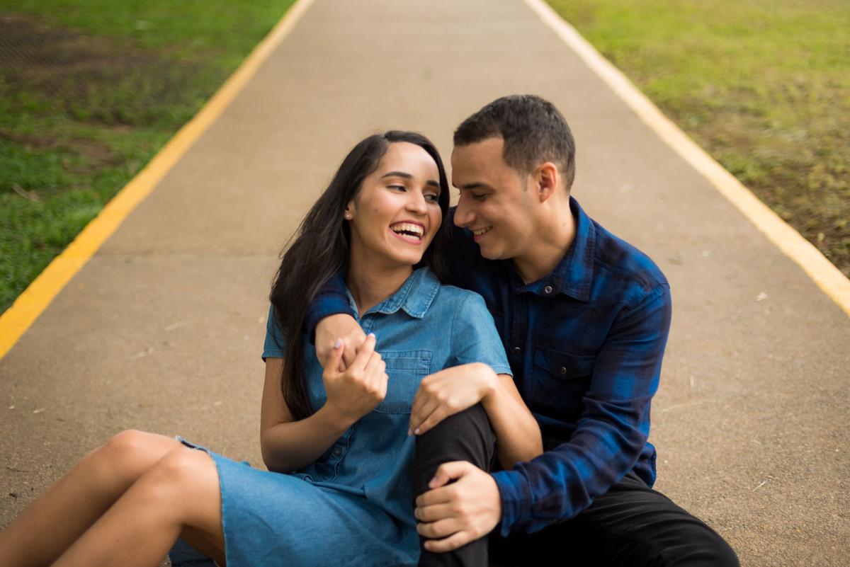 casal sorrindo e sentados no parque do Ibirapuera em São Paulo  - fotografado por Max Nogueira