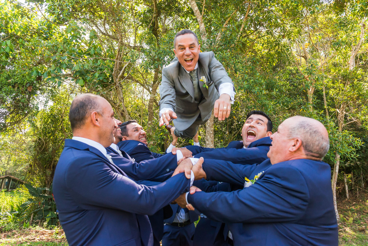 noivo sendo jogado para o alto pelo seus padrinhos no sitio São Francisco em Juquitiba  - fotografado por Max Nogueira