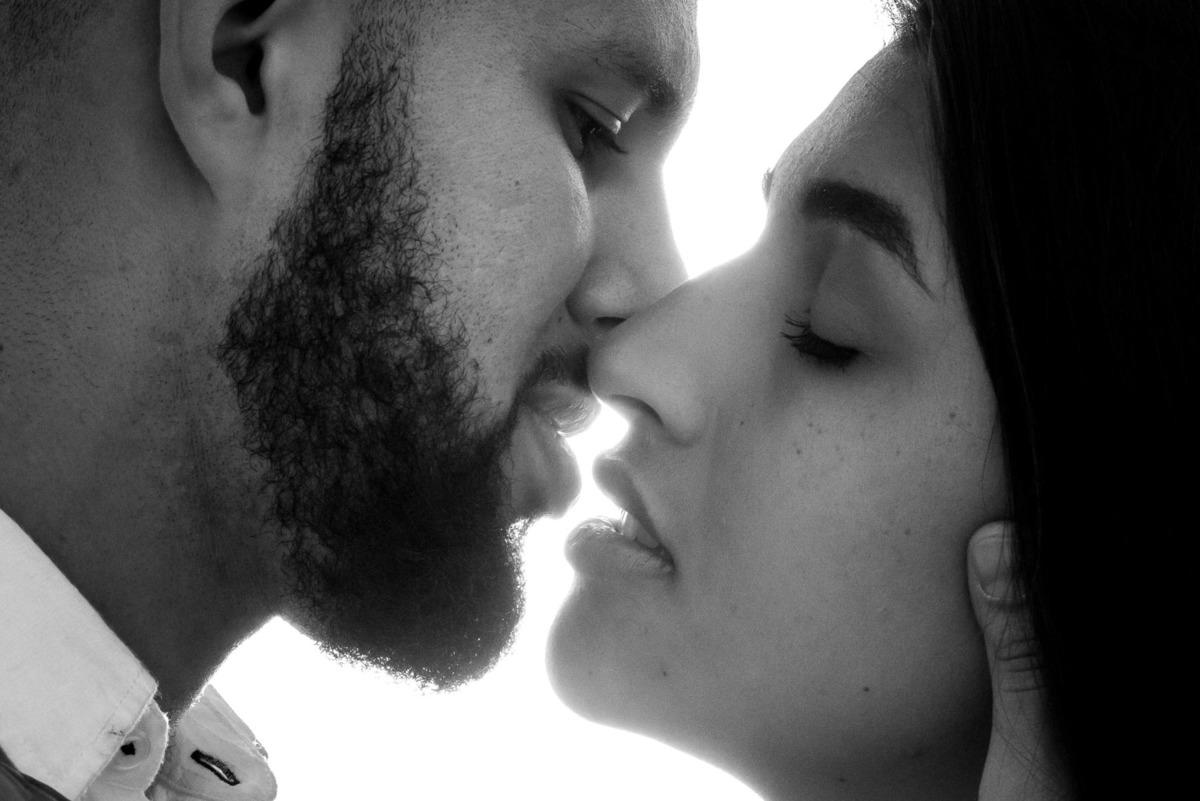 casal se beijando na praia do Pernambuco no Guarujá  - fotografado por Max Nogueira