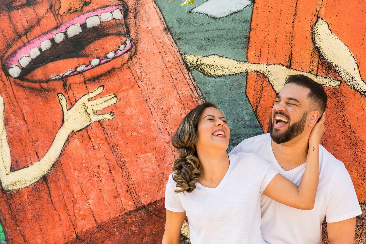 casal abraçados e sorrindo no Beco do Batman na Vila Madalena  - fotografado por Max Nogueira
