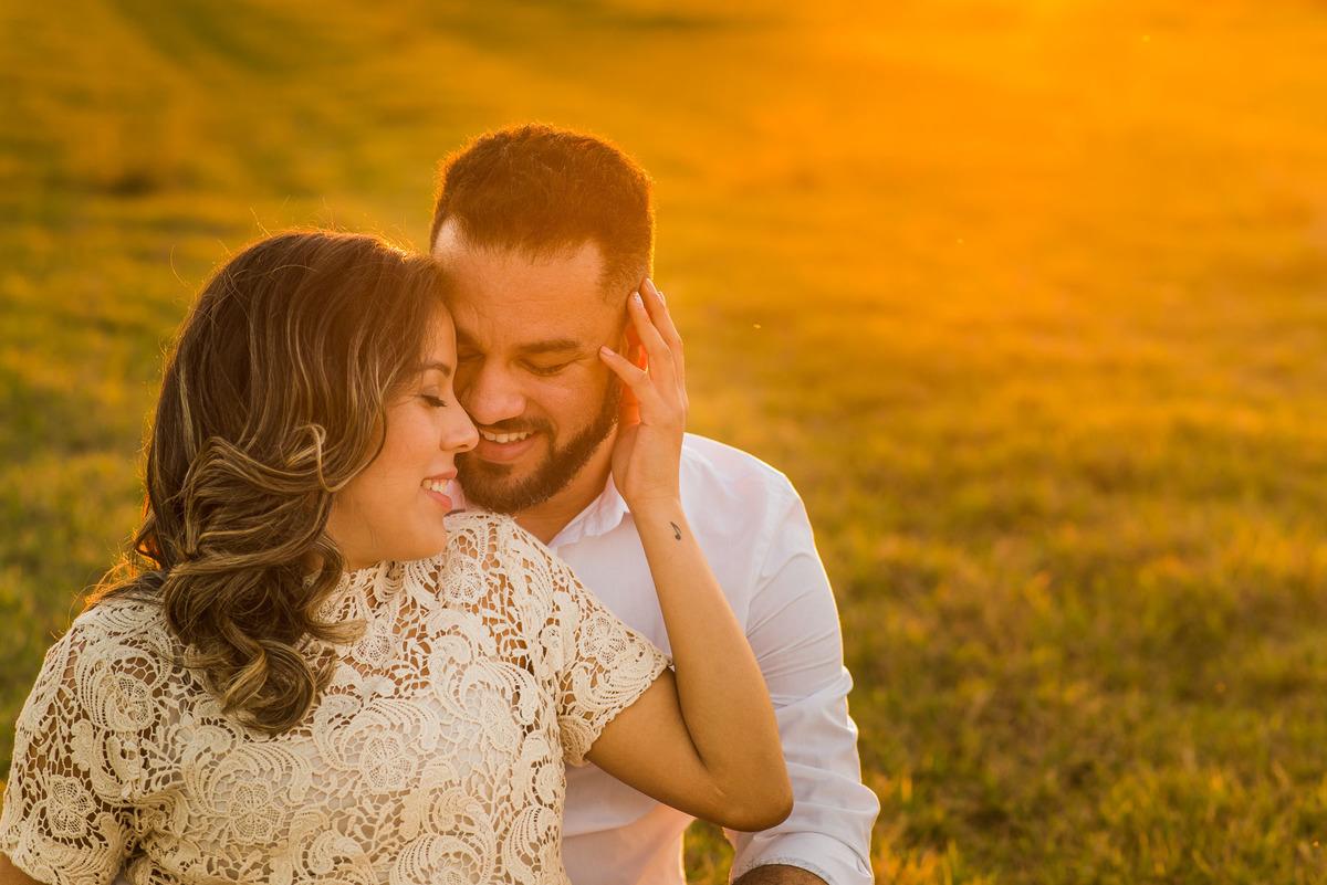 casal abraçados no campo de feno em Holambra  - fotografado por Max Nogueira