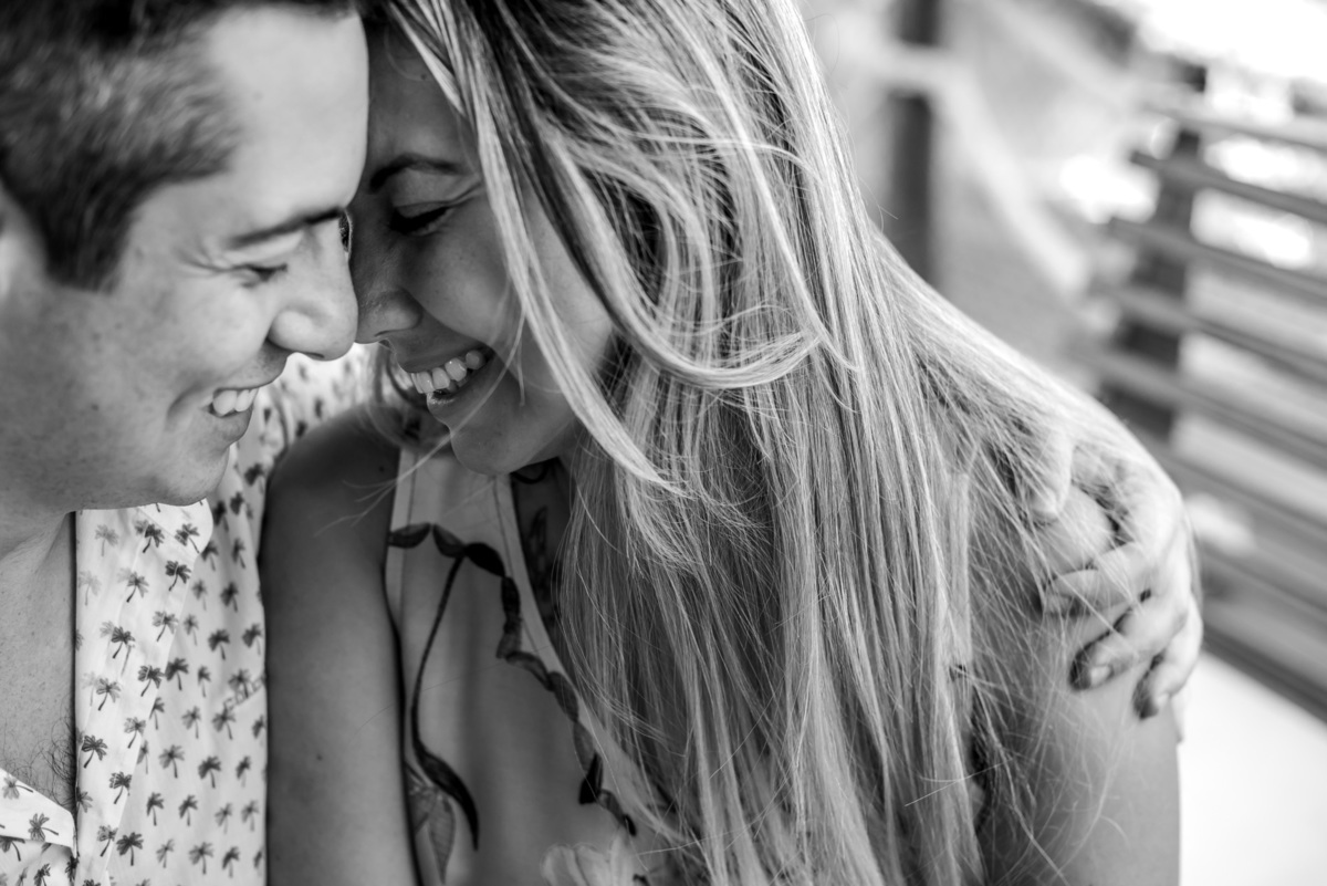 casal abraçados e sorrindo na Barra do Una - fotografado por Max Nogueira