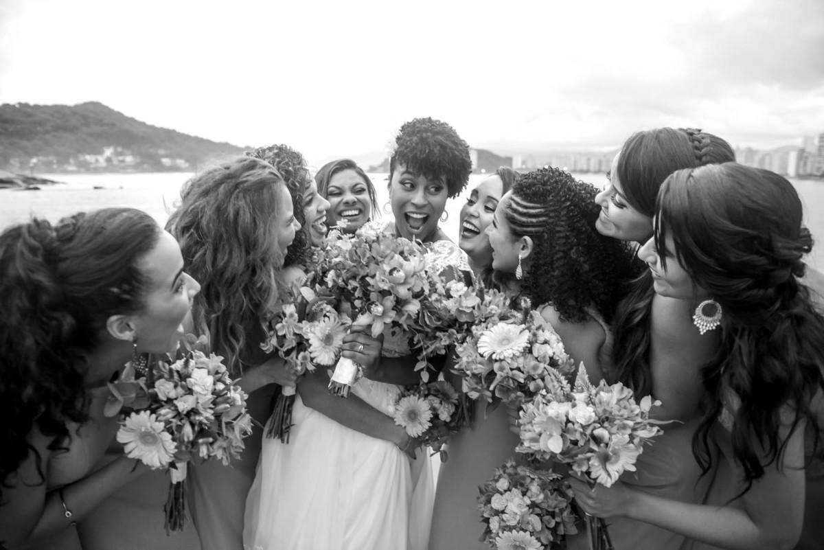 noiva e as madrinhas brigando na praia de São Vicente - fotografado por Max Nogueira