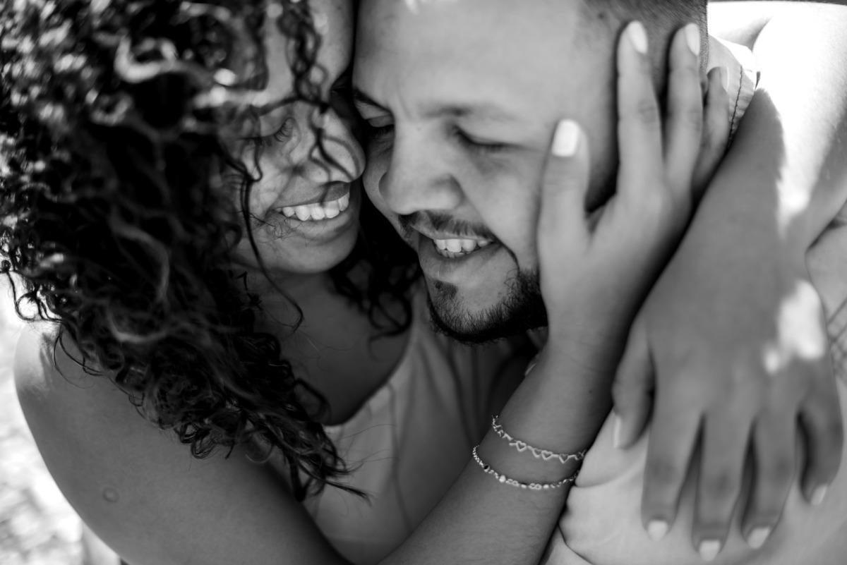 casal abraçados no Valongo centro velho de Santos - fotografado por Max Nogueira
