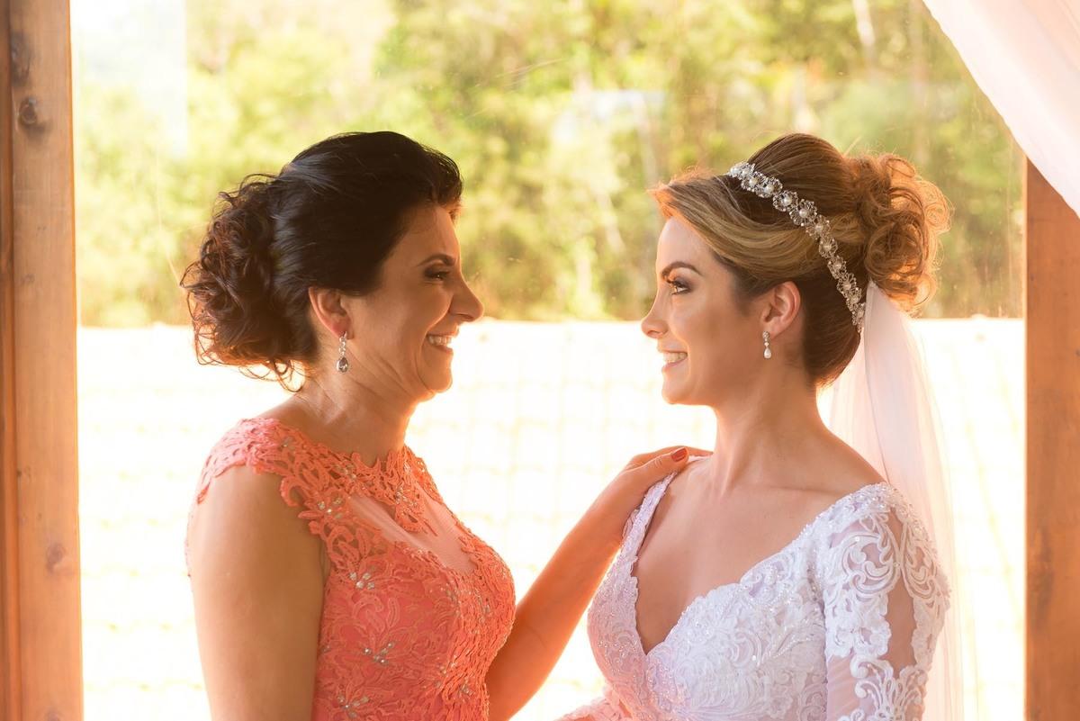 mãe olhando a filha pronta com seu vestido de noiva antes do casamento no sitio São Francisco em Juquitiba  - fotografado por Max Nogueira