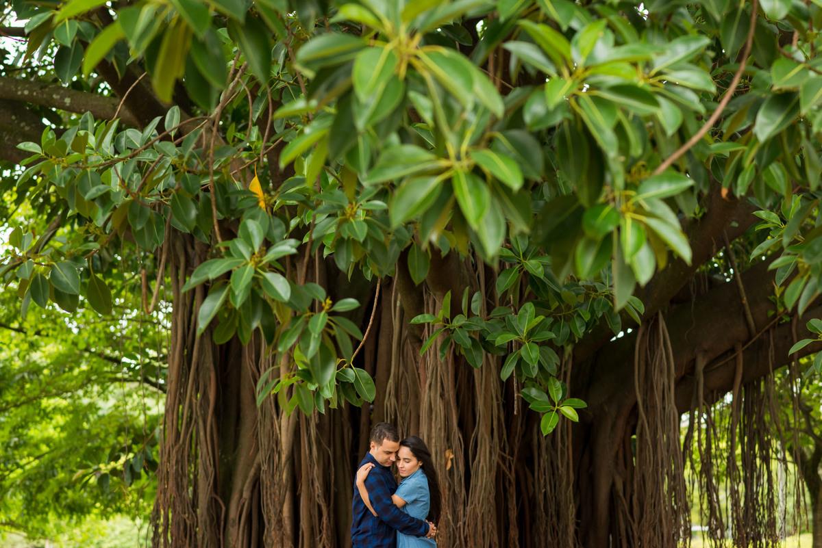 Casal abraçados embaixo de uma arvore no Parque Ibirapuera  - fotografado por Max Nogueira