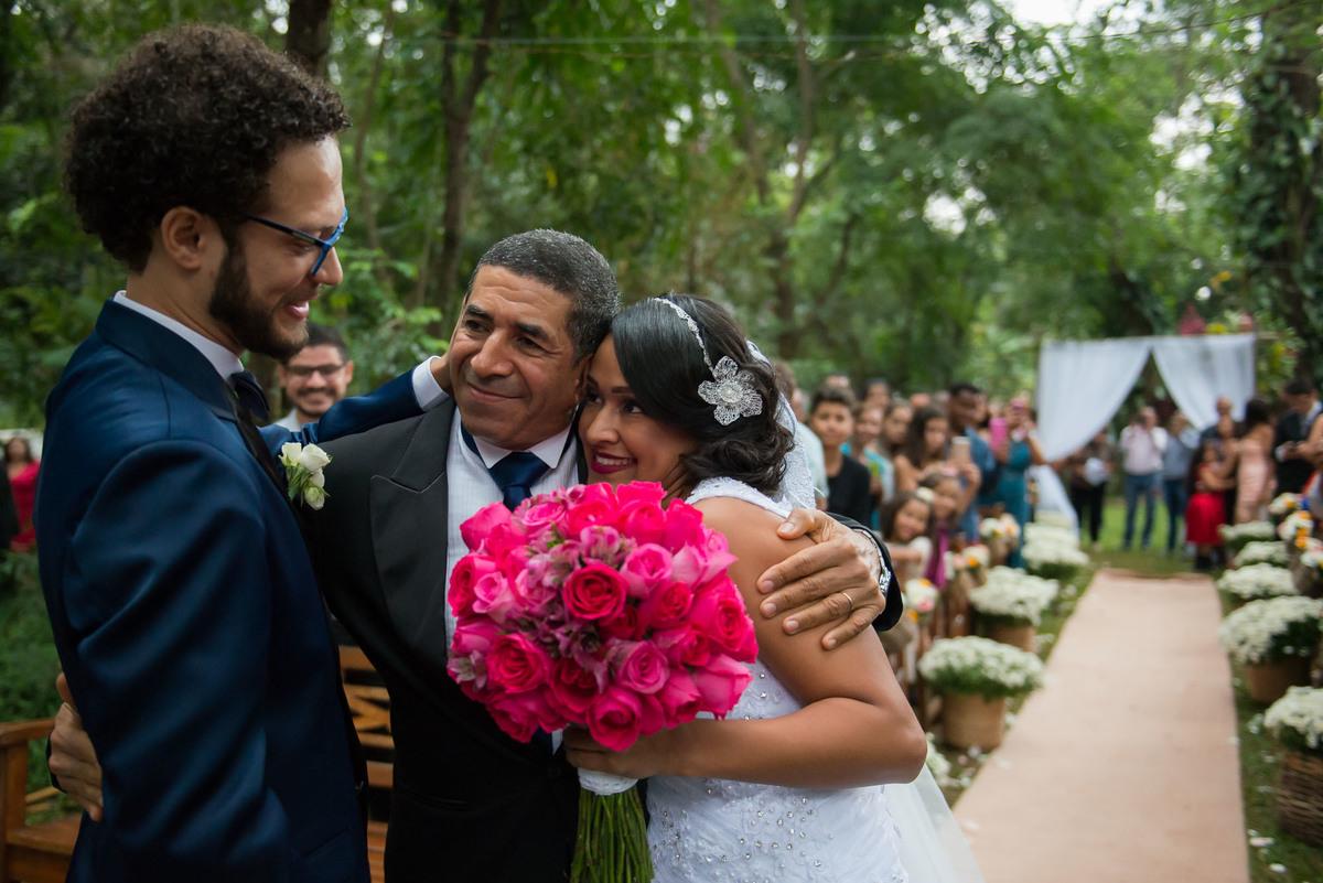 Noivo recebendo a noiva do pai no bufete Maison Saint Germain na cidade de São Paulo casal abraçados e noiva segurando o buquê colorido no Buffet Evento Perfeito  - fotografado por Max Nogueira