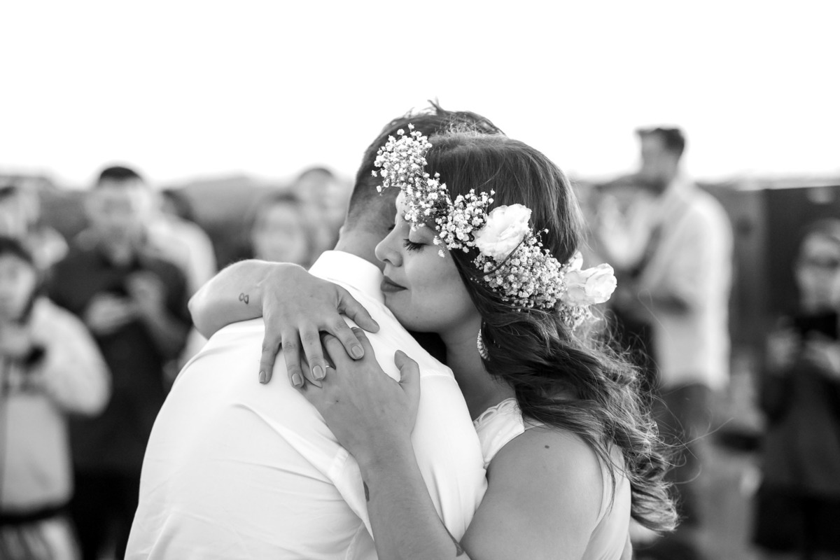 casal abraçados depois da cerimonia na praia da Jureia noivo sendo jogado para o alto pelo seus padrinhos no sitio São Francisco em Juquitiba  - fotografado por Max Nogueira