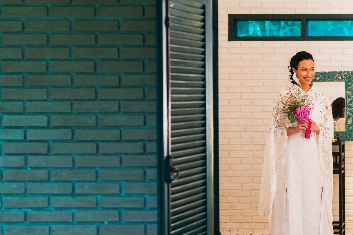 noiva segurando um boquê colorido e lindo no dia do seu casamento na praia de Ubatuba  - fotografado por Max Nogueira
