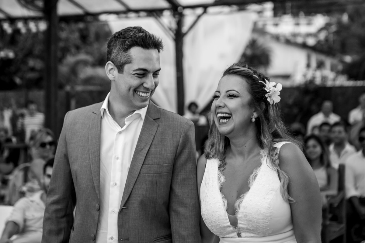casal sorrindo durante a cerimonia no restaurante Praia 9 de Ubatuba - fotografado por Max Nogueira