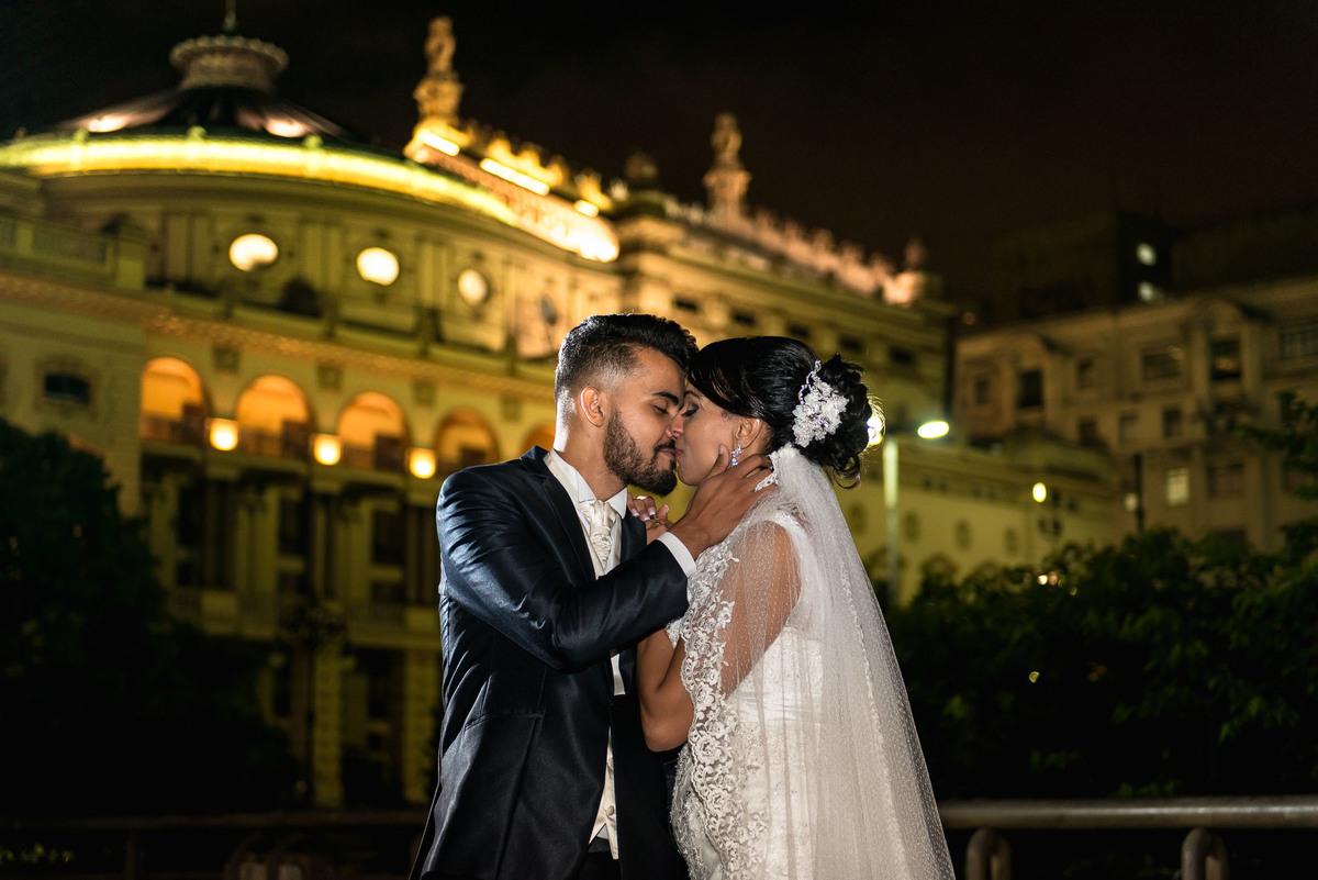casal se beijando no viaduto do Chá no centro de São Paulo com o Teatro Municipal ao fundo - fotografado por Max Nogueira