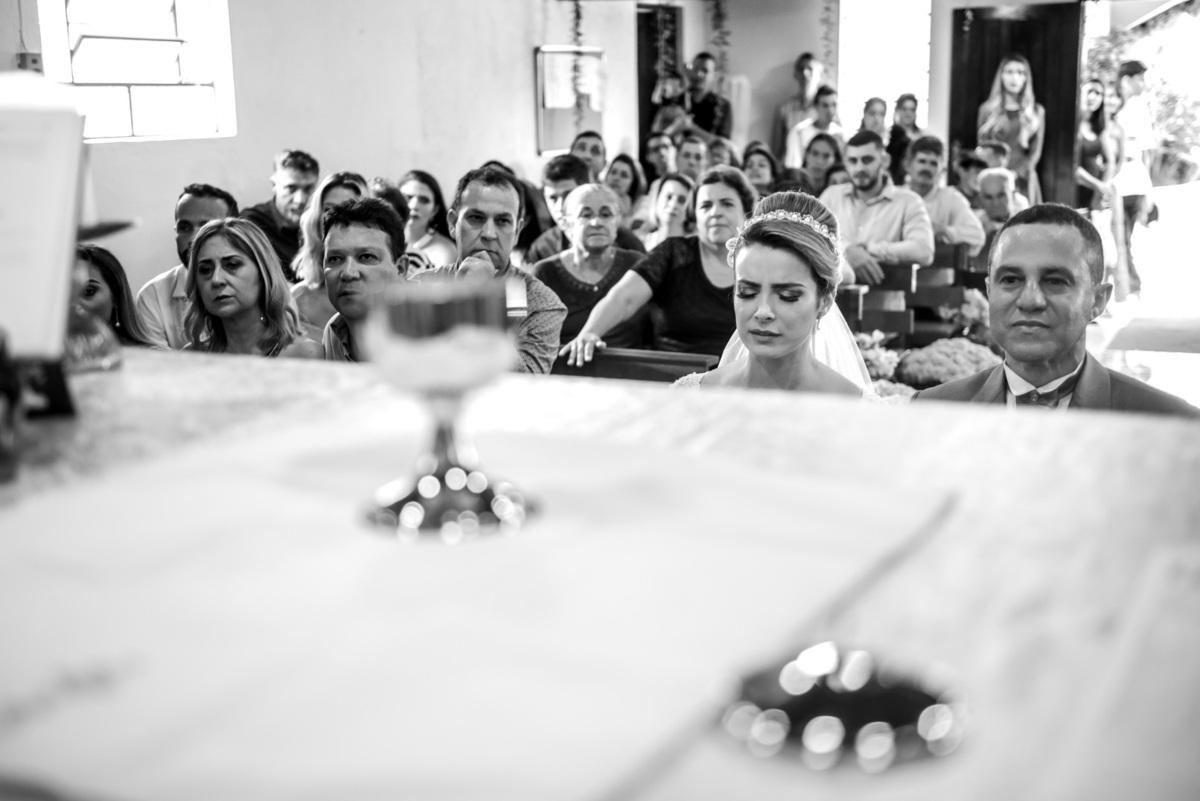 noivo olhando o cálice sagrado durante a consagração na cerimonia de casamento no sitio São Francisco em Juquitiba  - fotografado por Max Nogueira