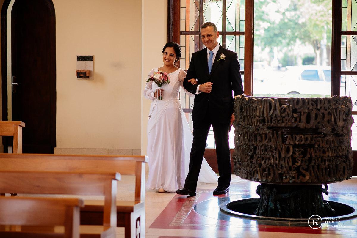 novia con su padre de la mano entrando a la iglesia, vestido bowdika, iglesia cristo rey fisherton