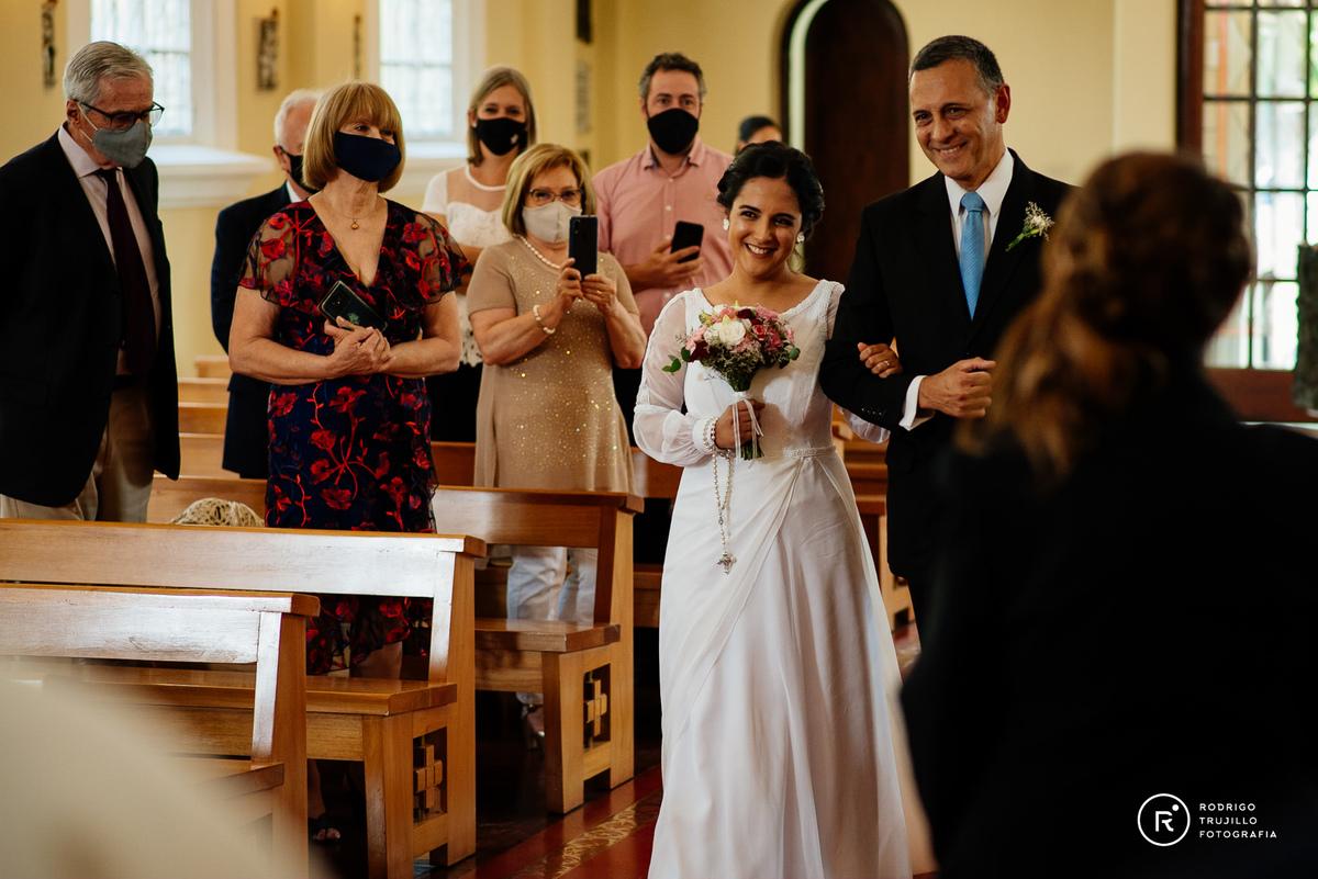 camino al altar, novia con su padre, momentos de emoción en la iglesia vestido bowdika, iglesia cristo rey fisherton