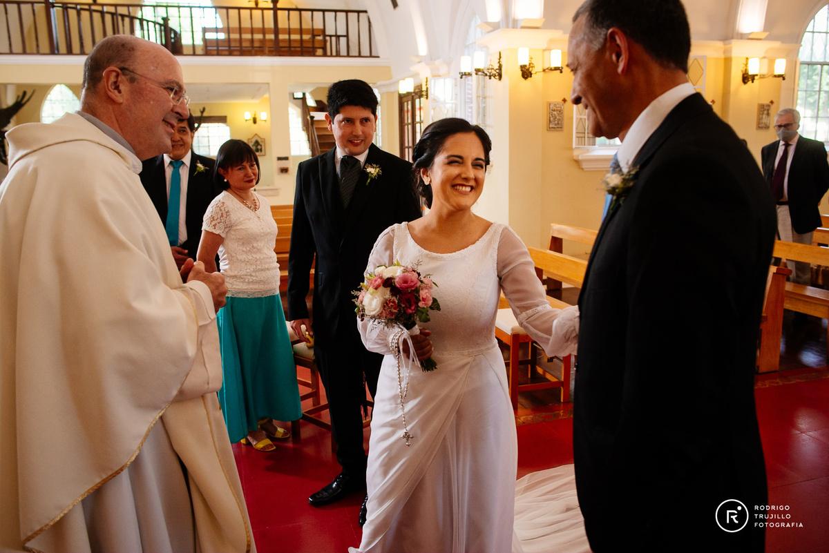 el padre deja a la novia en el altar, sacerdote de la iglesia cristo rey de fisherton