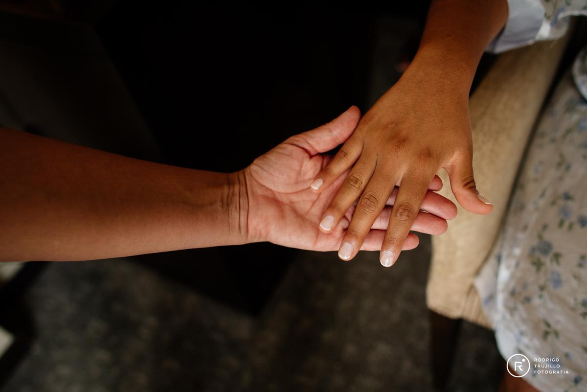 manos de la novia, preparativos de la novia en Howard Johnson Funes, fotografia color de la novia