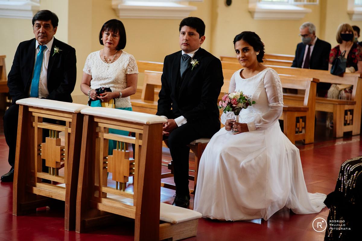 pareja de novios rezando, novios casandose, palabra de dios, leyendo la biblia,