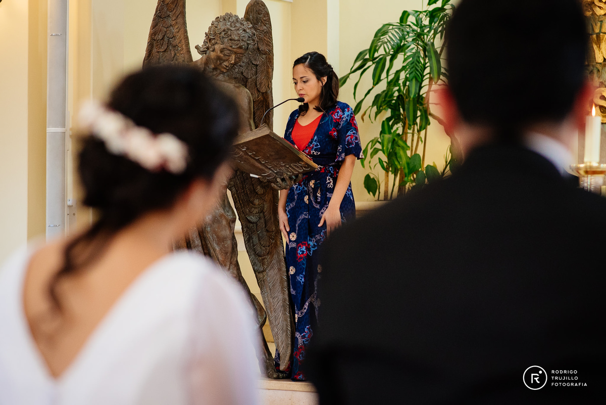 hermana de la novia leyendo, vestido bowdika, iglesia cristo rey fisherton, miloniatocados