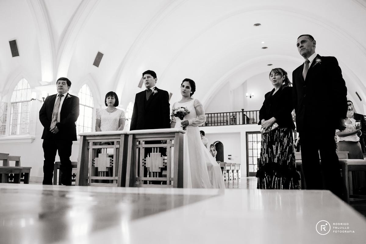 familia de los novios frente al altar, fotografia blanco y negro